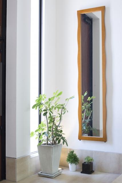玄関に窓は必要かメリットとデメリットを考える